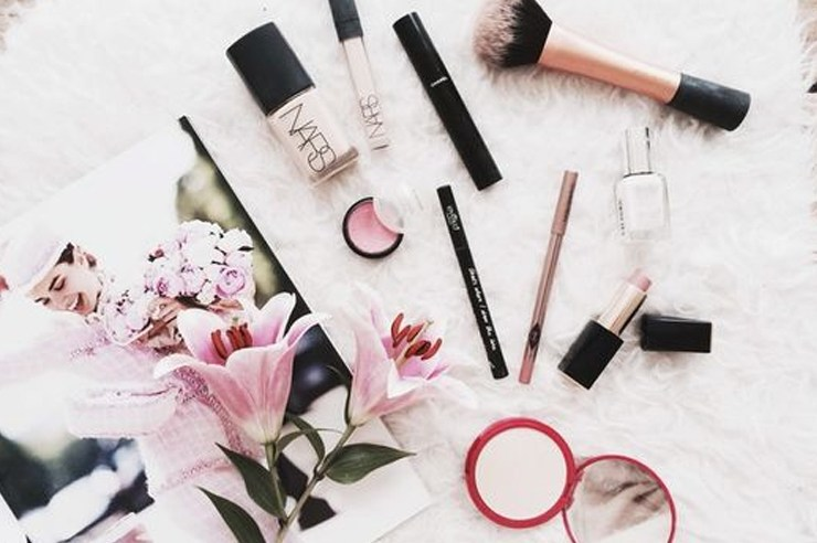 These are some of the best makeup products for oily skin out there so that all of my shiny girls wont have to deal with their makeup coming off again! With oily skin you're predisposed to acne, and with these foundations, primers, and more your worries will be gone!
