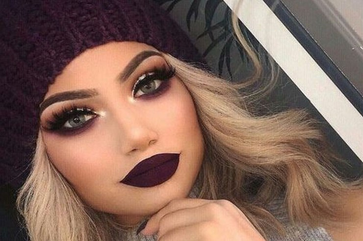 If you are a lover of a dramatic smokey eye makeup look then these looks are made for you! Even if you are used to a soft smokey eye look, branch out and try these sassy glitter-infused makeup looks to try on your next date night.