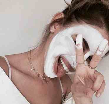 Unless you have been extremely lucky, you have struggled with your skin at one point or another. It can be a huge blow to your confidence to feel like you need to cover up your skin with either make-up or clothes, simply because your skin refuses to clear. Here are 10 tips to get healthy clear skin.