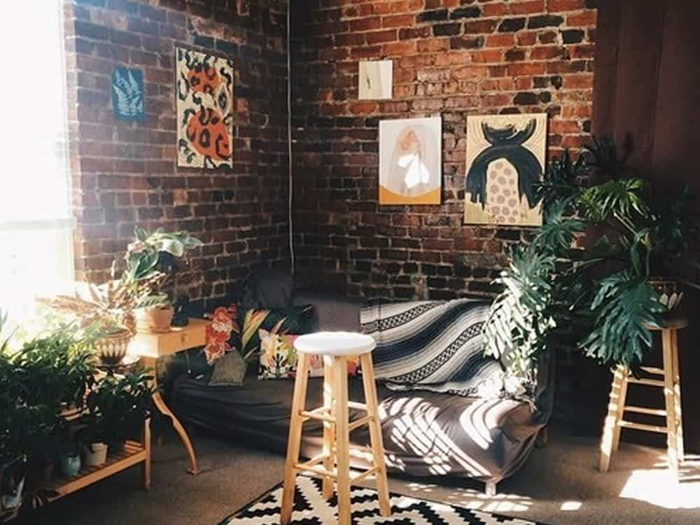 Take a look at how to decorate your walls in your apartment on a budget!