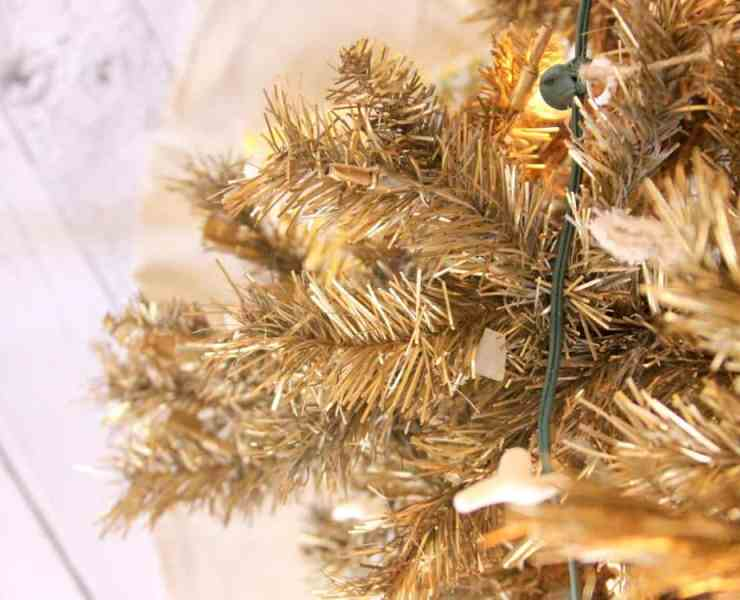 Christmas tree decorations are an essential part of the holidays. Here are some tips on how to decorate with sprinkles of gold!