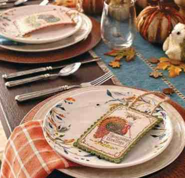 These Thanksgiving table setting ideas will make your tables look so festive this holiday season! Here are the best Thanksgiving table decorations to try!