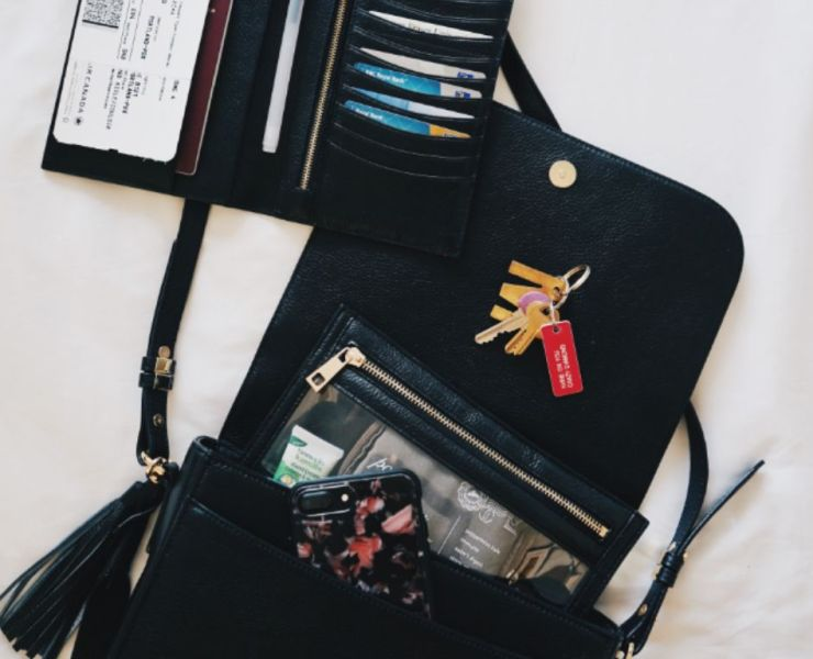 10 Things Every Woman Should Carry In Their Purse
