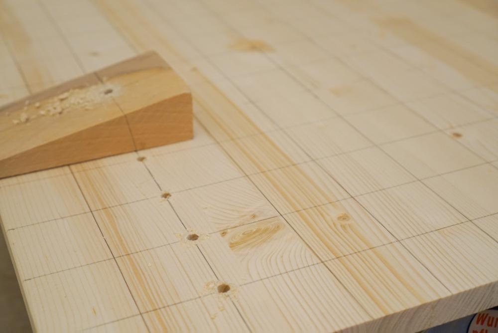 Ein Holzkeil dient dazu im leicht schrägen Winkel zu bohren.  Garnrollenhalter selber bauen