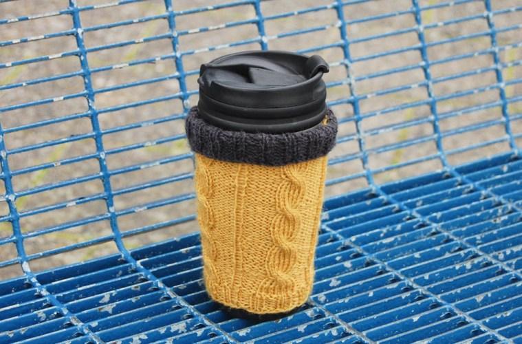 Hülle für Kaffeebecher stricken