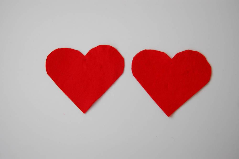 Herzchen Lesezeichen - zwei Herzchen ausgeschnitten herzchen lesezeichen Anleitung: Herzchen Lesezeichen nähen