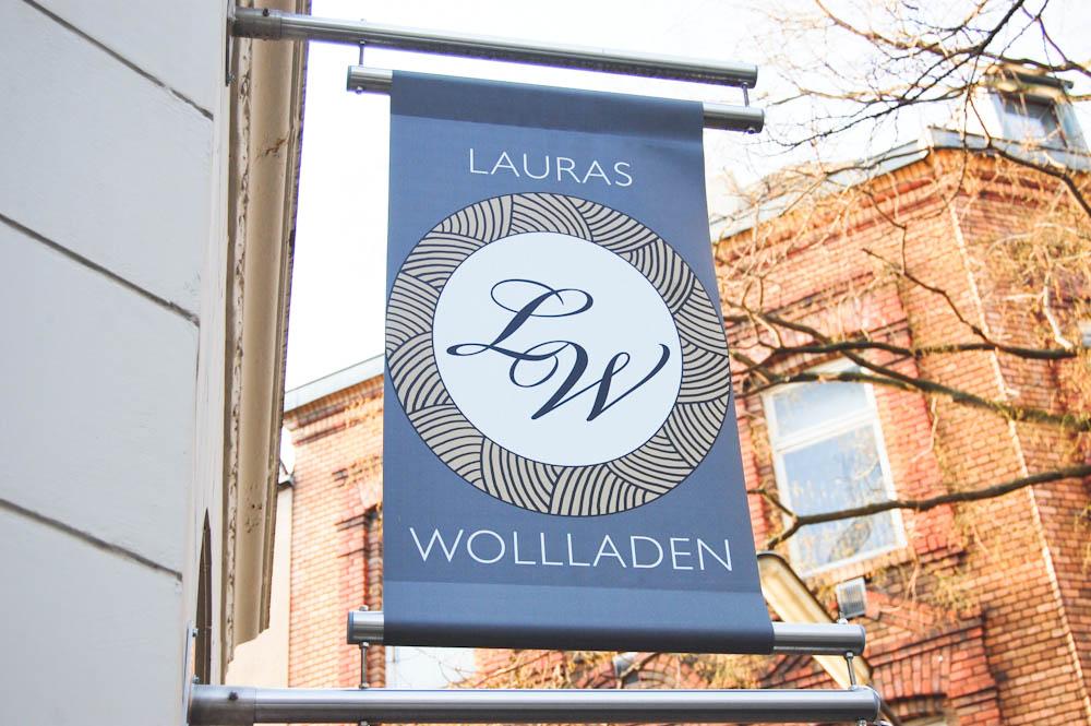 Lauras Wollladen - Geschäftsschild  Laura von Welck im Interview über Lauras Wollladen