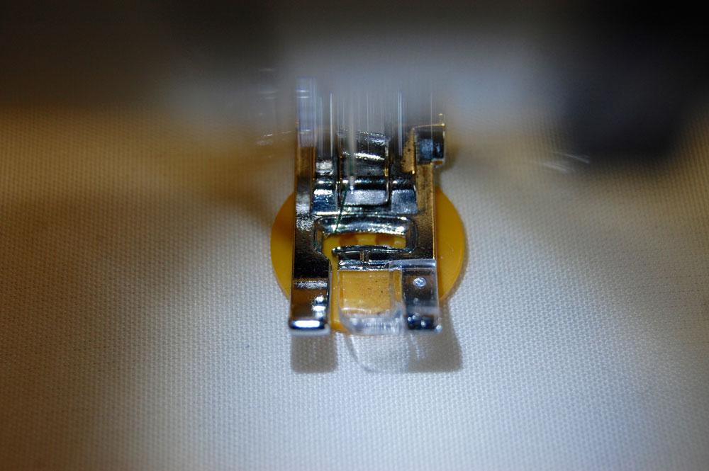 Knopf annähen mit der Nähmaschine knopf annähen Zugeknöpft - Knopf annähen - So einfach geht es.