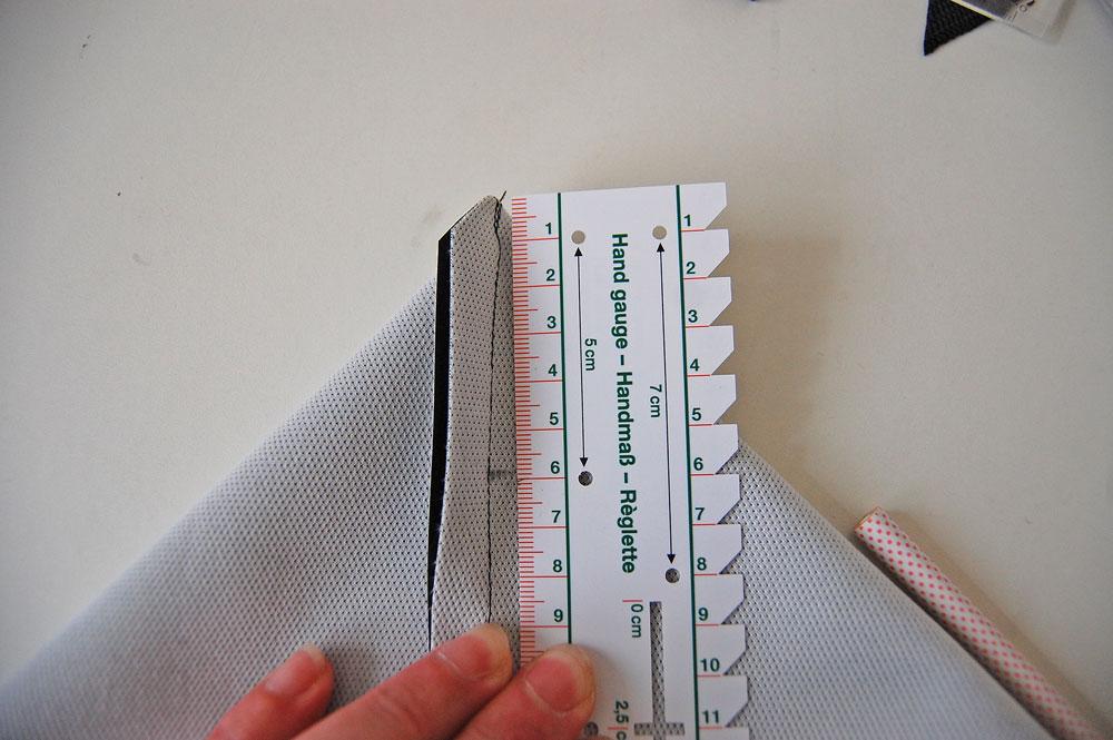 Rucksack nähen - Ecke wird abgemessen  Anleitung: Schicken Rucksack nähen - Basismodell
