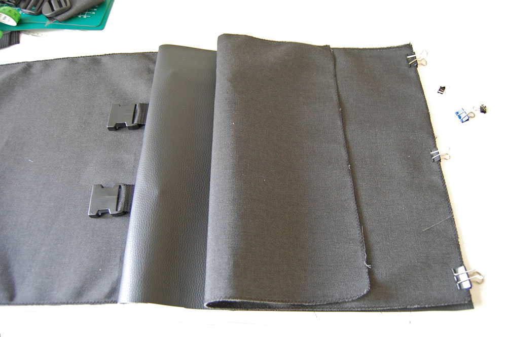 Rucksack nähen - zweite Außenseite wird festgesteckt  Anleitung: Schicken Rucksack nähen - Basismodell