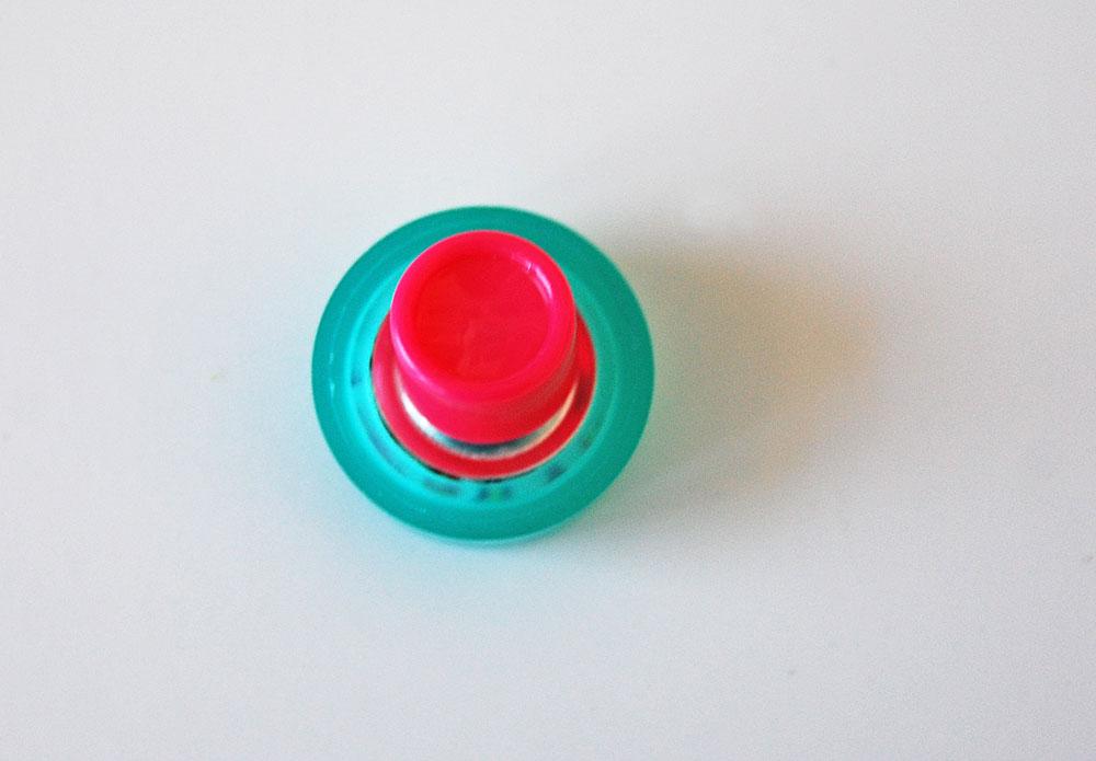 Knopf mit Stoff beziehen - Ösenplatte wird angedrückt knopf mit stoff beziehen Tipp: Knopf mit Stoff beziehen
