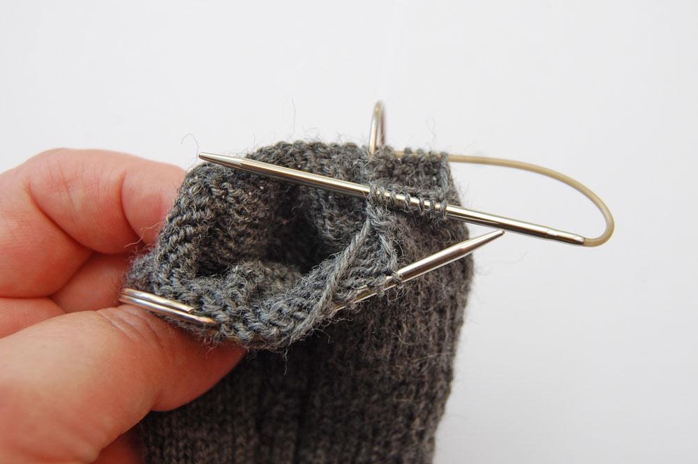 addi sockenwunder - Spitze wird gearbeitet  Anleitung: Socken stricken mit dem addi Sockenwunder