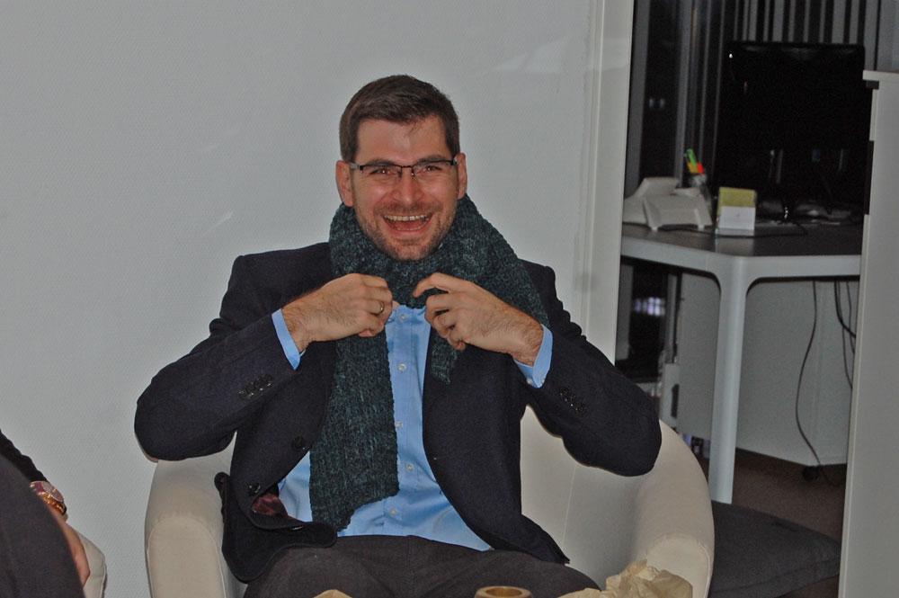 Paul Pascuali mit Schal, gestrickt von einer Färberin  Paul Pascuali feiert in neuen Geschäftsräumen mit seinen Färberinnen