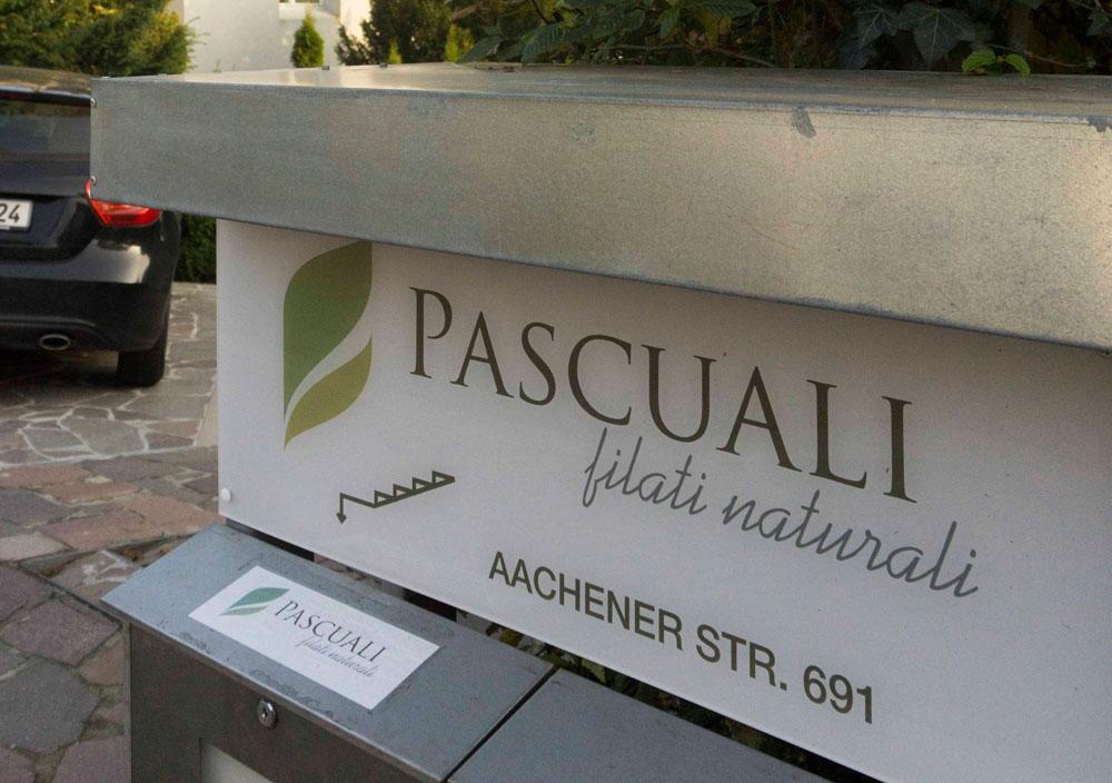 Eingangsschild  Paul Pascuali feiert in neuen Geschäftsräumen mit seinen Färberinnen