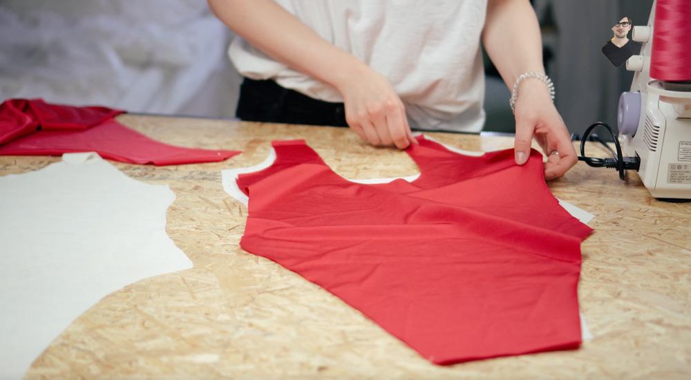 Badeanzug selber nähen: Schnittteile aufeinander legen  Anleitung: Badeanzug selber nähen (Schnittmuster zum Herunterladen)