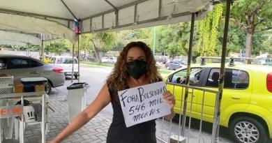 Daniela Mercury toma segunda dose da vacina e canta Chico Buarque em protesto