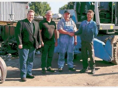 Georg Ziegan (rechts) freut sich mit seinem Chef Herbert Schmalenbach (zweiter von rechts) über die Zusammenarbeit.