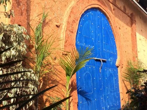 Blaue Türen an Lehmwand - Typisch Marokko!
