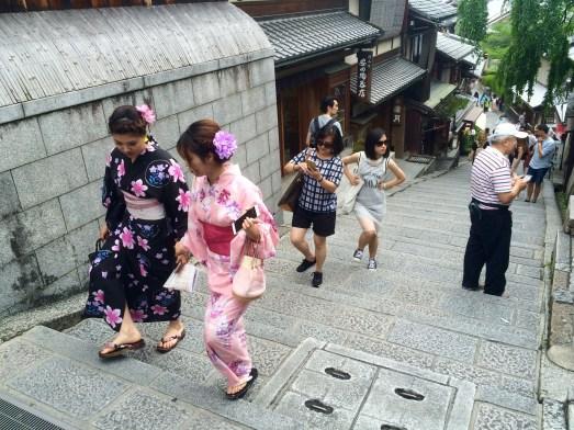 In der ganzen Stadt sieht man Frauen, die im Kimono ihren Alltag bewältigen.