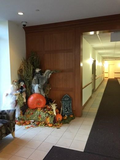 Halloween-Dekoration in der Einganshalle des Gebäudes