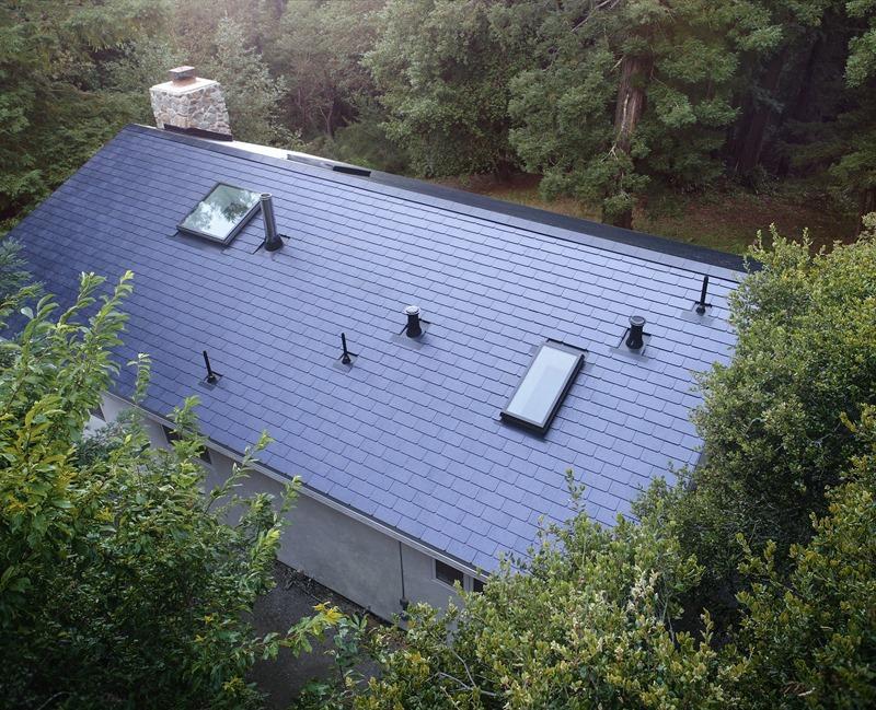 首個安裝 Tesla 太陽能屋頂的案例完成施工 tesla-solar-roof-tile-home-install