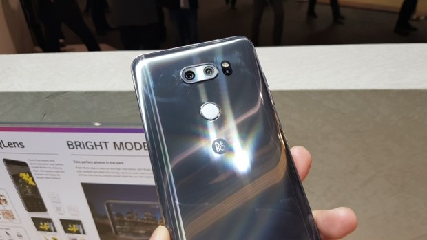 [MWC 2018] 不與爭鋒? LG 在 MWC 僅推出小改款 V30S ThinQ 系列手機,主打相機 AI 功能 20180226_100625