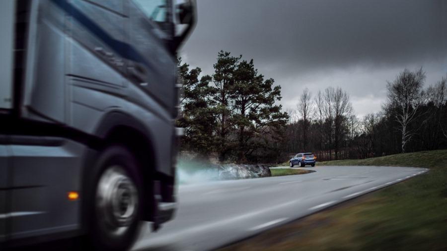 汽車間溝通不再是紙上談兵,Volvo 今年底推出 V2V 資料共享 228580-volvo-cars-and-volvo-trucks-share-live-vehicle-data-t-2