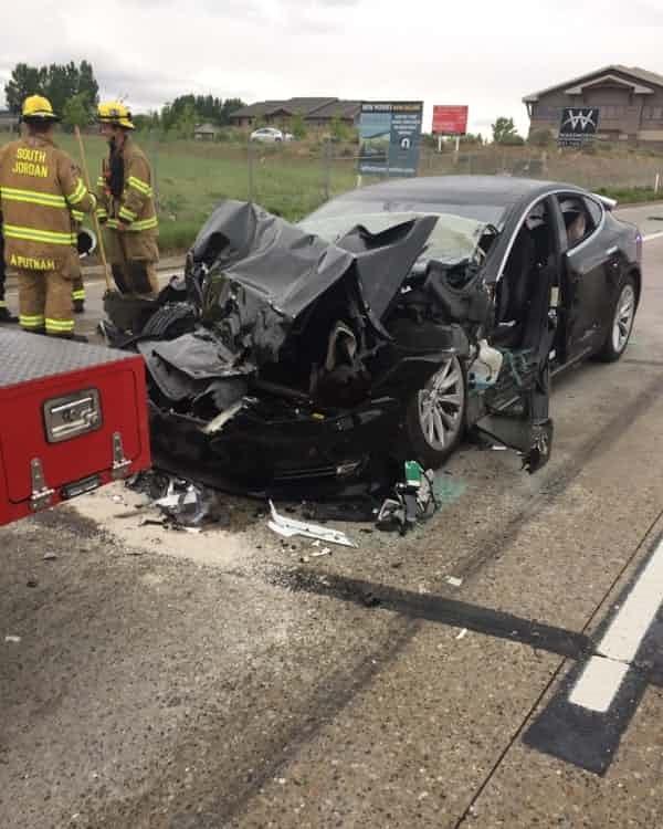 美國 Tesla 車禍再傳一起,駕駛開 Autopilot 時看手機 Model S 直接撞上消防車 Tesla-%E8%BB%8A%E7%A6%8D