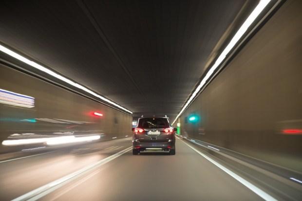 為什麼開快車容易出車禍?「視覺隧道效應」作祟 car-2786711_960_720