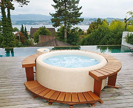 Photo d'un spa et d'une piscine sur un balcon