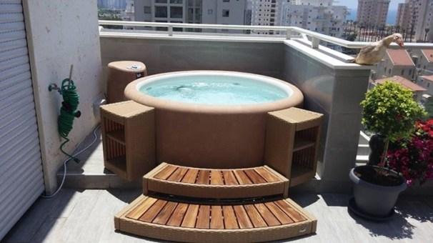 encastrement d'un spa pour deux personnes sur un balcon