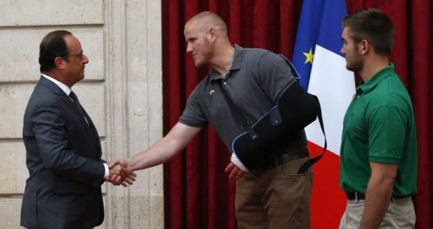 France train shooting: Hollande awards Legion d'honneur – BBC News