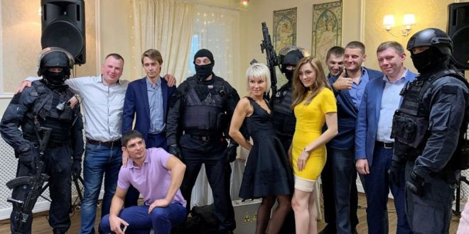 Assault rifle-toting Russians give new meaning to shotgun wedding with realistic prank | ABC News