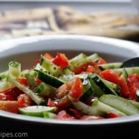 Enkel salat med agurk, paprika, og tomater