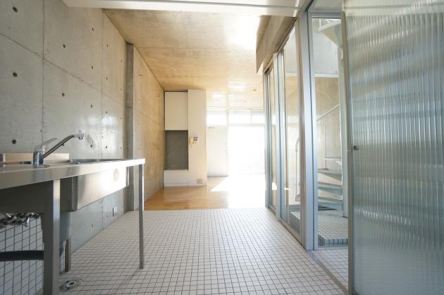 リフュージュアイサウス702号室キッチンからリビング|SOHO東京