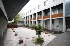 中庭の緑と回廊を囲む、ギャラリーの様なSOHO。