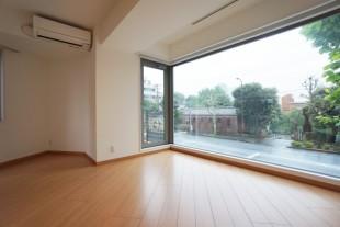 【募集終了】南青山。大きな窓から緑を望むデザイナーズSOHO。