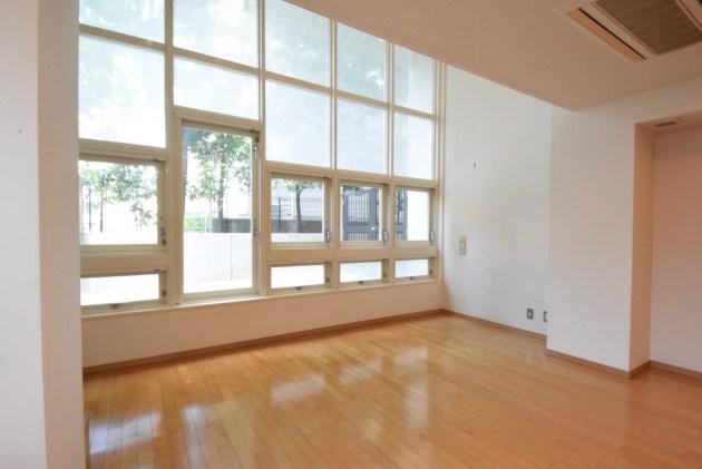 grandmeson_jingumae-103-livingroom-01-sohotokyo