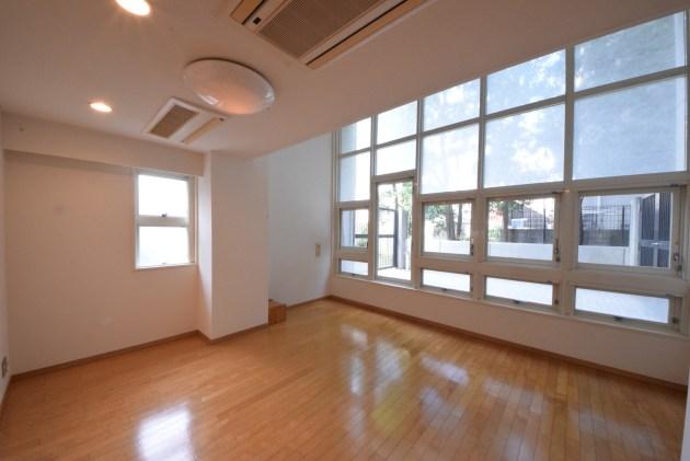 grandmeson_jingumae-103-livingroom-03-sohotokyo-900x602