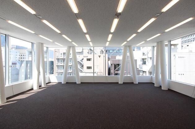 京橋2分、ガラスウォールで採光豊かな天高オフィス<p>[中央区/70万/75㎡]