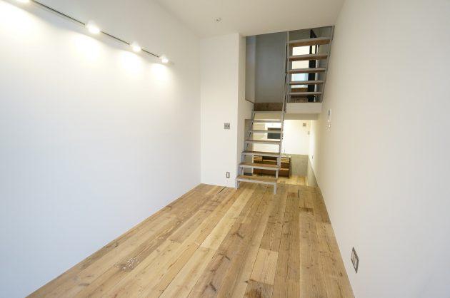 赤坂の隠れ家的SOHO、新築と味のある足場板を組み合わせて
