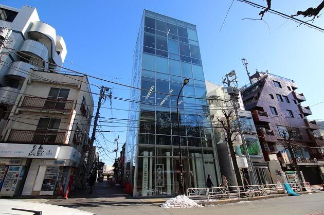 代官山八幡通り沿い、3m超えの天高を誇る開放的な空間。