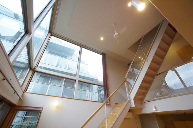 白金台、吹き抜けとアクセントカラーが特徴的な戸建SOHO