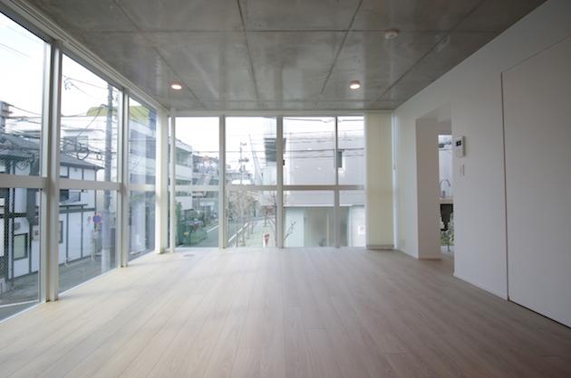 【募集終了】目黒区青葉台。大きなガラス面、陽光感じる新築デザイナーズ