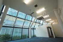 北参道、天高4mのガラスウォール空間