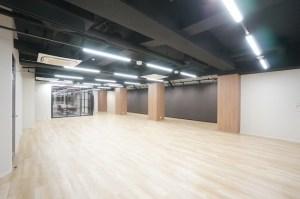西新宿のリノベオフィス、使いやすい2フロアの組合せ