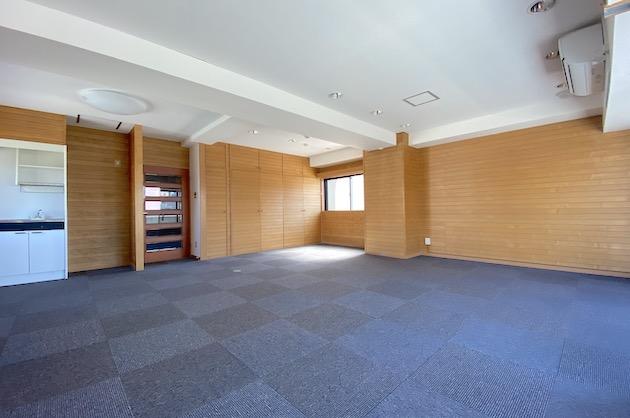 【募集終了】新宿エリア。板張りの壁に囲まれたオフィス空間