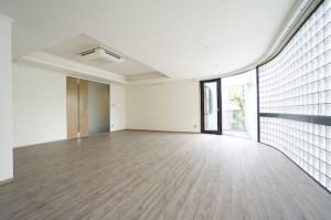 北参道、ガラスブロックと広いリビングSOHO<p>[渋谷区/63万/112㎡]