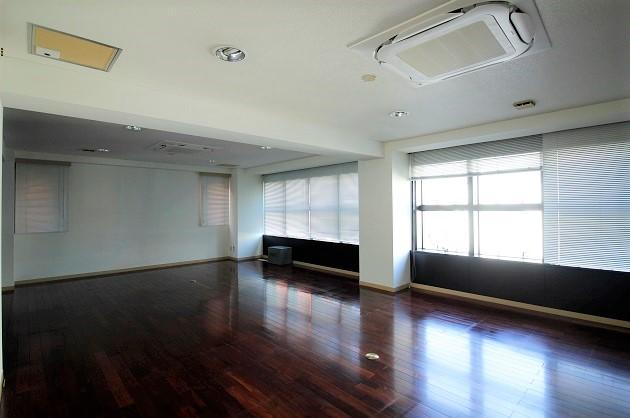 外苑前。豊富なストレージを備えた広々SOHO。<p>[渋谷区/137万/254㎡]