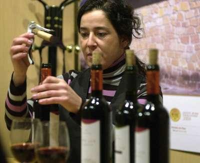 El gusto a moho en el vino, presente en el dieciséis por ciento de los caldos tintos de calidad analizados en una investigación de la Universidad de Castilla-La Mancha (UCLM), se debe a dos compuestos quimicos, halofenoles y haloanisoles, que no comportan riesgo de toxicidad por su consumo.
